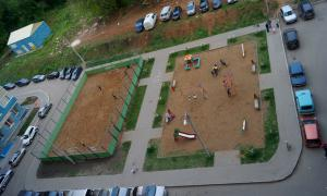 Несколько видов Кирова свысока, Детская площадка