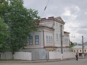 Здание музея за ширмой